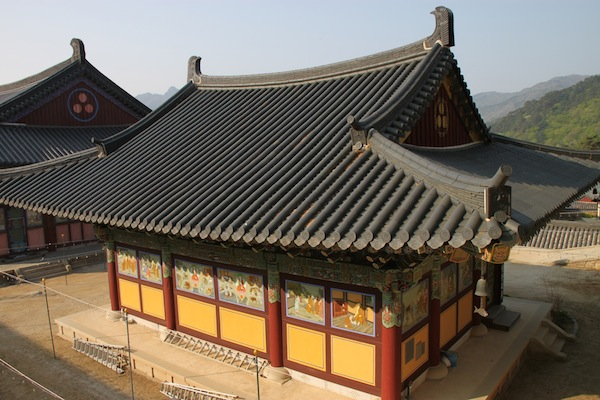 The brightly painted Daebiro Hall on the grounds at Haeinsa.