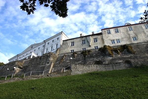 Houses on the heights of Toompea Hill, supported by very impressive embankments.